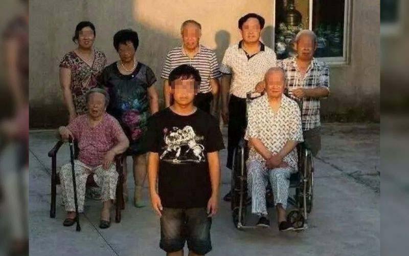 這張被命名為「恐怖全家福」的照片成為網路熱搜,乍看之下沒甚麼但後勁好強!