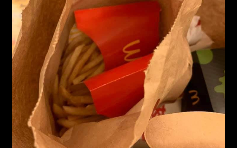 叫麦当劳外送,结果却亲眼见到外送员吃着自己的薯条?他嘴边沾着油否认却不知过程全都录!
